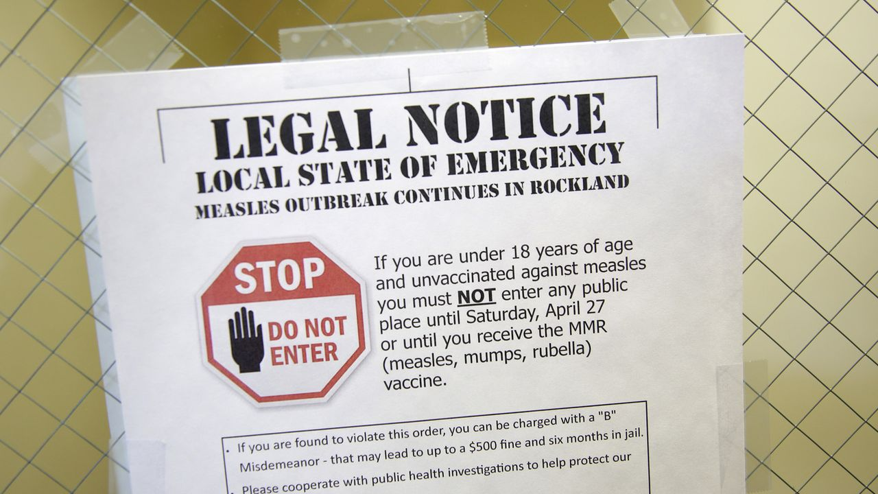 Une affiche met en garde les personnes non vaccinées contre la rougeole dans le comté voisin de Rockland. [AP Photo/Seth Wenig - Keystone]
