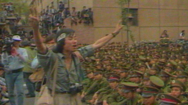 La population freine la progression de l'armée à Tiananmen en mai 1989. [RTS]