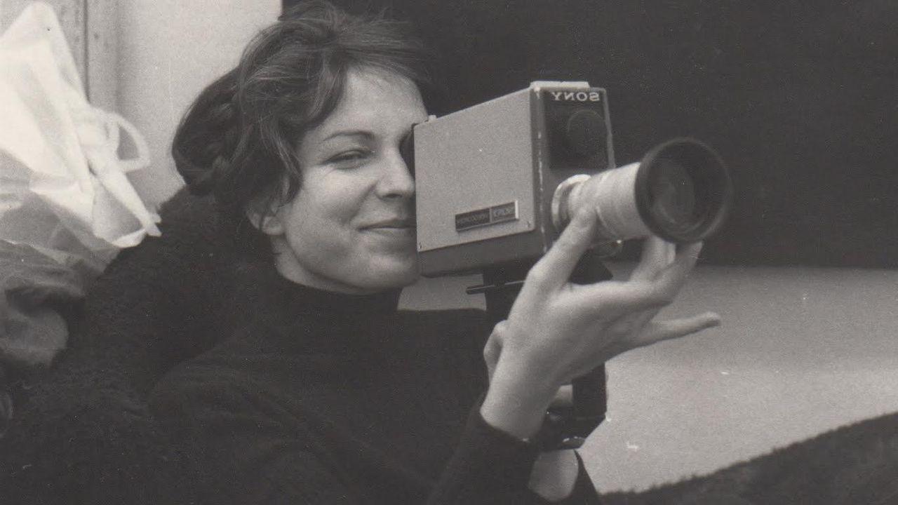 """Carole Roussopoulos with camera [""""Carole Roussopoulos with camera"""" Les films de la Butte - DR]"""