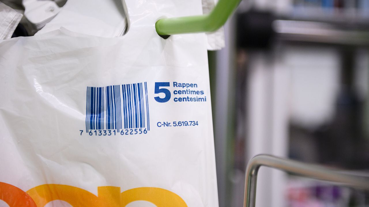 Les sacs plastiques proposés à la caisse de certains magasins de détail sont vendus cinq centimes depuis début 2018. [Manuel Lopez  - Keystone ]