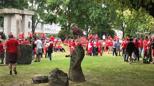 De nombreux fans suisses se sont rassemblés dans un parc de la ville. [RTS]