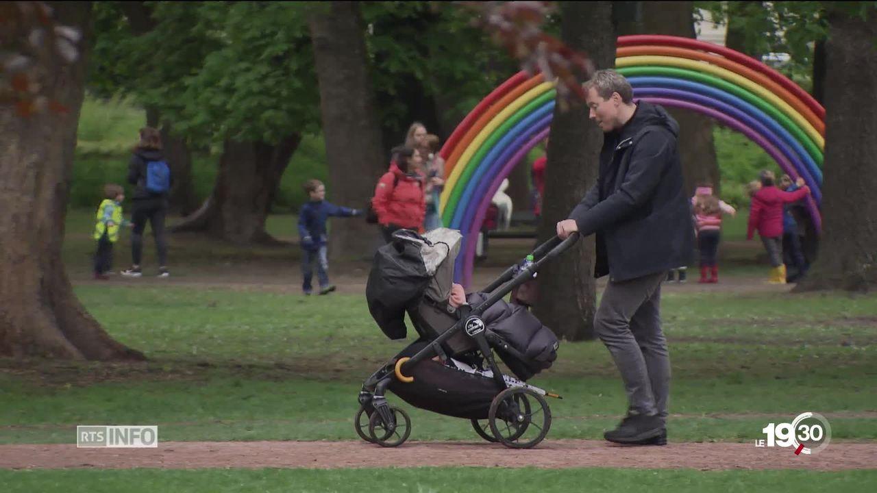 En Norvège, les parents ont 48 semaines de congé à se répartir après la naissance de l'enfant. [RTS]