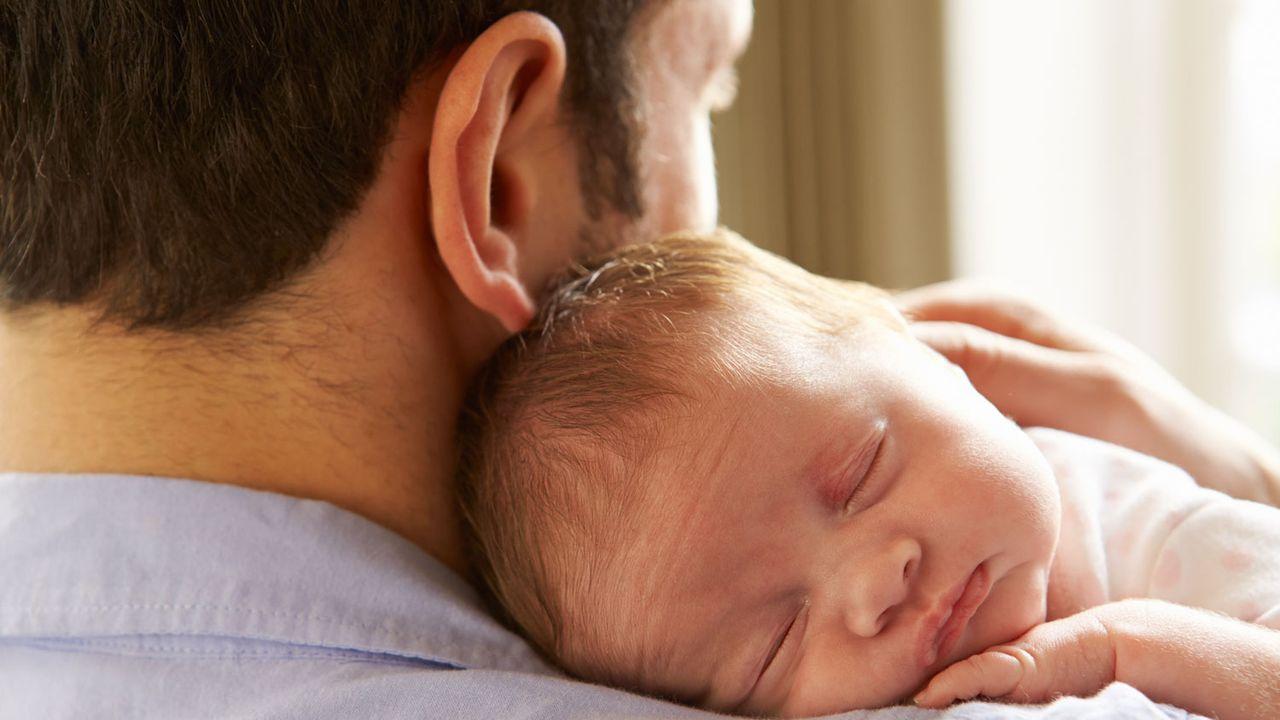 Le parlement de Bâle-Ville souhaite faire passer le congé paternité octroyé aux employés cantonaux de 10 à 20 jours. [Monkey Business - Fotolia]
