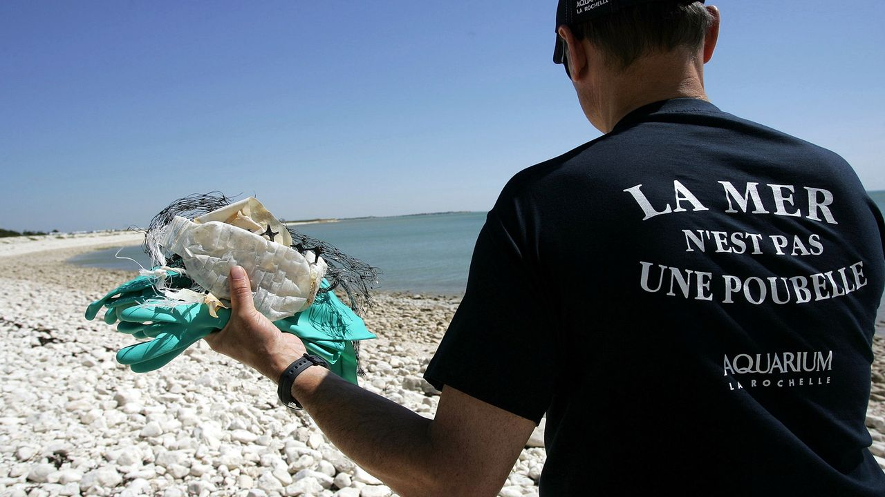 Si la mer Méditerranée est particulièrement touchée par la pollution aux déchets plastiques, les océans ne sont de loin pas épargnés. [Stringer - Reuters]