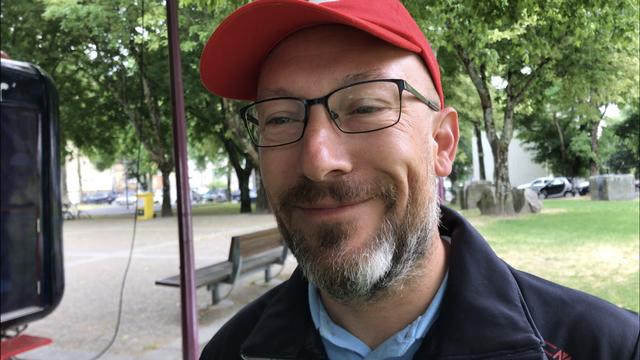 Jérôme Lambert, dans le parc d'où est partie la marche des fans suisses mercredi avant la demi-finale contre le Portugal. [RTS]