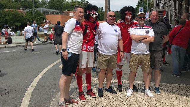Les Suisses se sont mêlés aux fans anglais avec le sourire. [RTS]