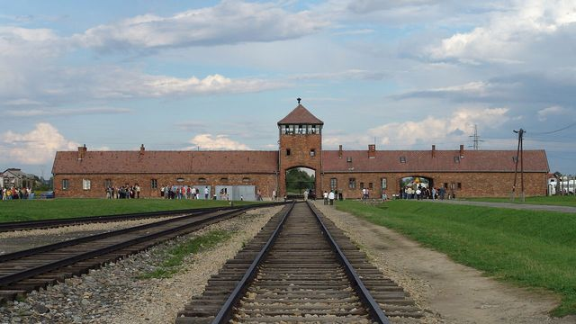 Entrée de l'ancien camp de concentration nazi de Auschwitz II (Birkenau) menant aux chambres à gaz. Charlotte Delbo y arrive le 27 janvier 1943. Elle sera libérée du camp de Rawensbrück le 23 avril 1945. [Michel Zacharz AKA Grippenn - wikipedia]