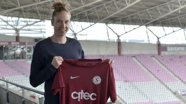 Caroline Abbé lors de sa présentation officielle au stade de Genève. [Cédric Gobet - Servette FC]