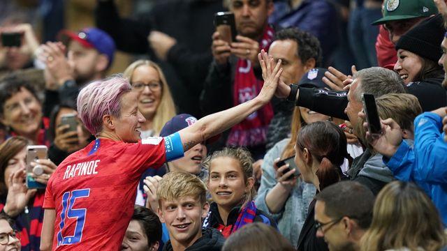 Megan Rapinoe célèbre la victoire américaine avec ses supporters. [Lionel Bonaventure - AFP]