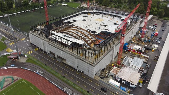 Les travaux du toit de l'enceinte fribourgeoise ont démarré en juin. [Anthony Anex - Keystone]