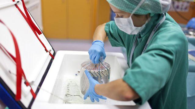 En Suisse tous les 5 jours un patient décède faute d'avoir pu être transplanté à temps. [Gaëtan Bally - Keystone]