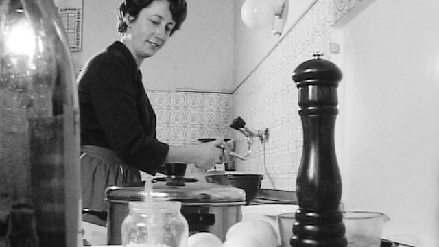 Années 60, une ménagère suisse dans sa cuisine. [RTS]