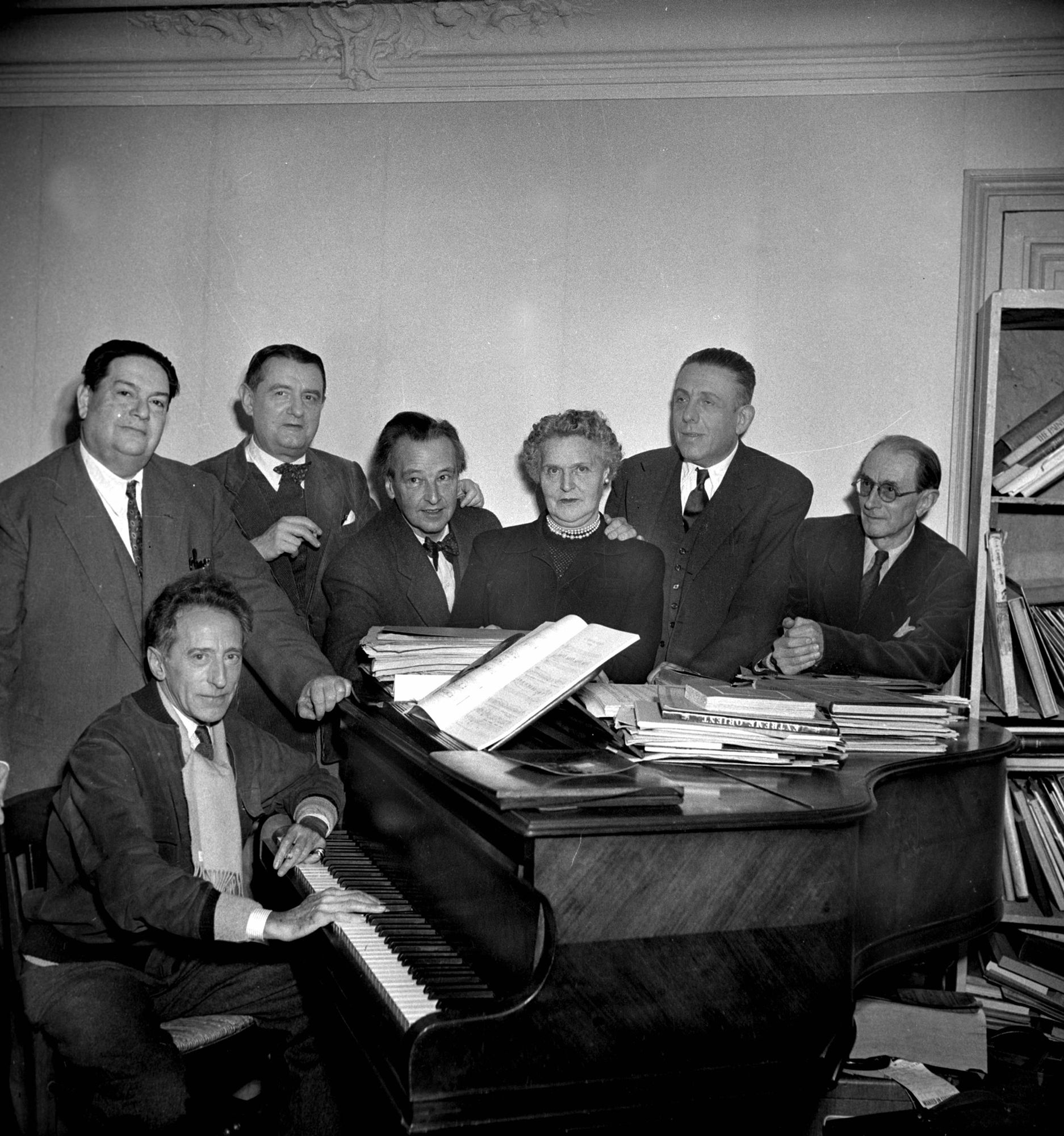 Groupe des Six: Darius Milhaud, Georges Auric, Arthur Honegger, Germaine Tailleferre, Francis Poulenc, Louis Durey, et Jean Cocteau au piano, en décembre 1951.