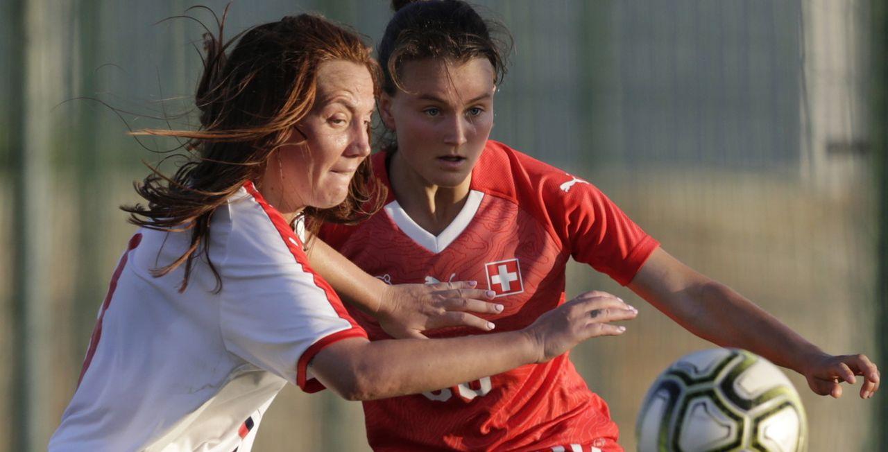 Ici à la lutte avec Marija Ilic, Noa Schärz a offert le nul à la Suisse. [Andrej Cukic - Keystone]