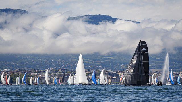 Le passage des voiliers près du Jet d'eau de Genève. [Valentin Flauraud - Keystone]