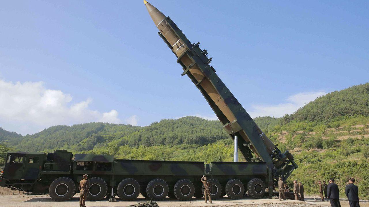 """Le nombre d'ogives nucléaires dans le monde a encore baissé durant l'année écoulée mais les pays détenant l'arme atomique lui donnent une """"importance accrue"""" et modernisent leur arsenal, selon un rapport publié lundi. [(Korean Central News Agency/Korea News Service via AP)]"""