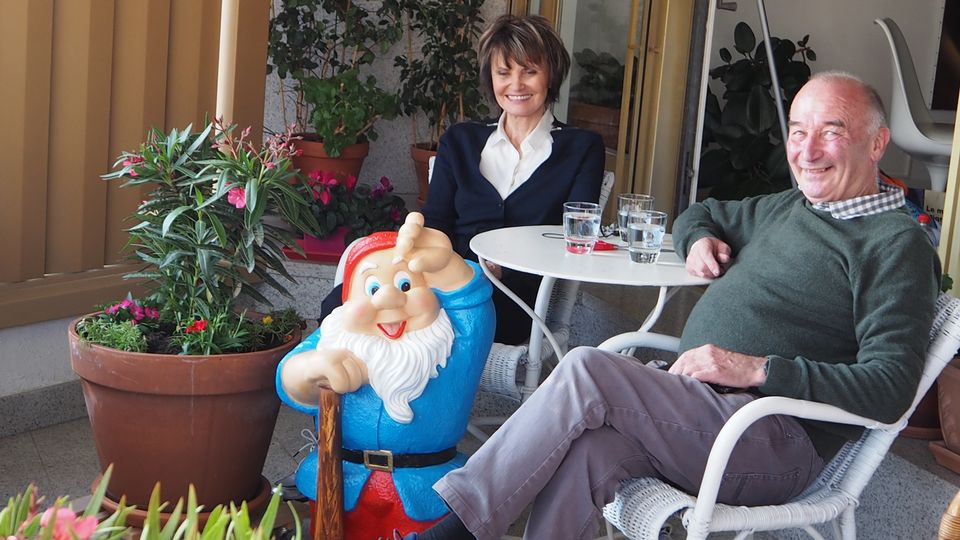 Madame Micheline Calmy Rey sur sa terrasse en compagnie de Jean-Pierre Masclet. [RTS]