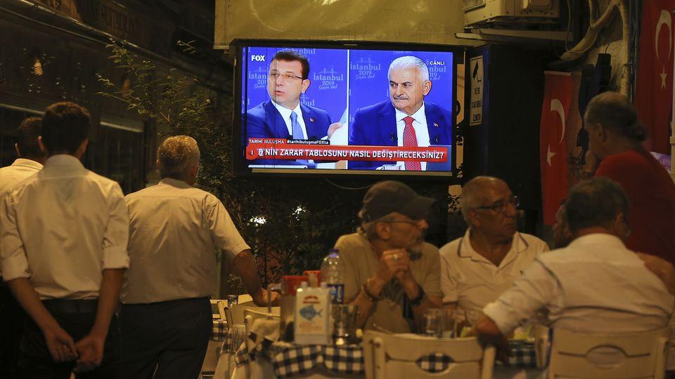 Le débat a rassemblé Ekrem Imamoglu (g.), candidat de l'opposition, et Binali Yildrim, candidat de l'AKP.  [Emrah Gurel - Keystone/AP Photo]