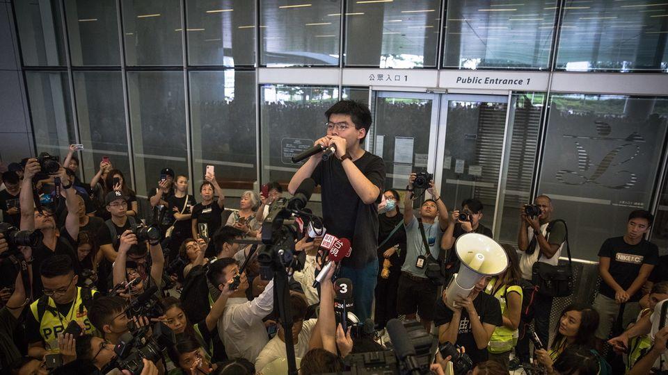 L'activiste prodémocratie Joshua Wong appelle à la démission de Carrie Lam. [Roman Pilipey - Keystone/EPA]
