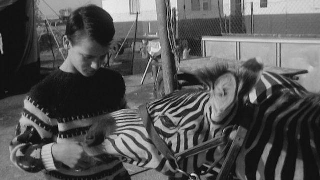 Une journée au cirque Knie avec le jeune acrobate hongrois Yuri en 1966. [RTS]