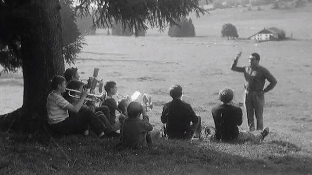 Apprendre la musique à l'école de fanfare de Fornet Dessus, 1967. [RTS]