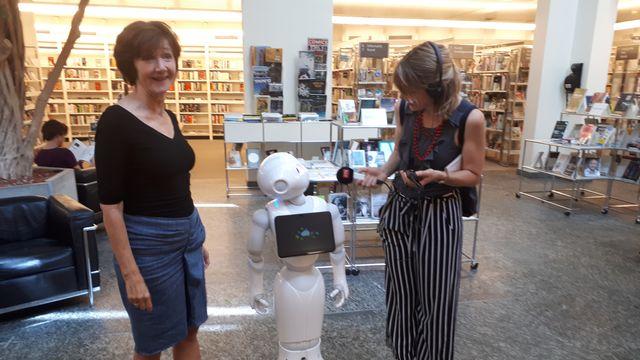 La bibliothèque de Zoug s'offre les services d'un robot. [Delphine Gendre - RTS]