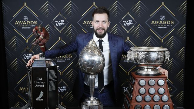 Kucherov prend la pose avec ses trophées. [John Locher - Keystone]