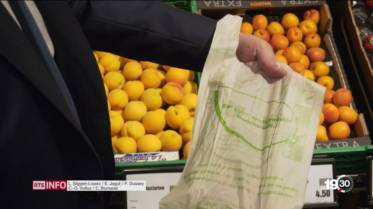 La Suisse a déjà considérablement réduit la consommation de sacs plastiques, mais il reste des progrès à accomplir. [RTS]