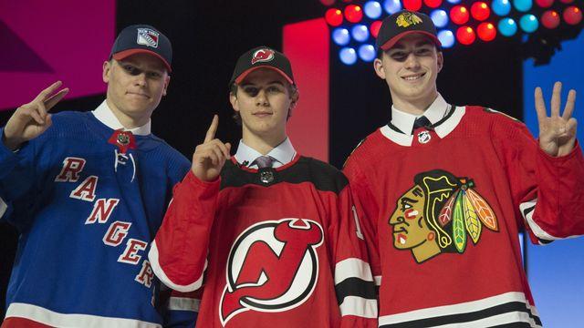 Le trois hockeyeurs draftés avec de gauche à droite: Kaapo Kakko (Rangers), Jack Hughes (New Jersey) et Kirby Dach (Chicago). [Jonathan Hayward - The Canadian Press via AP]
