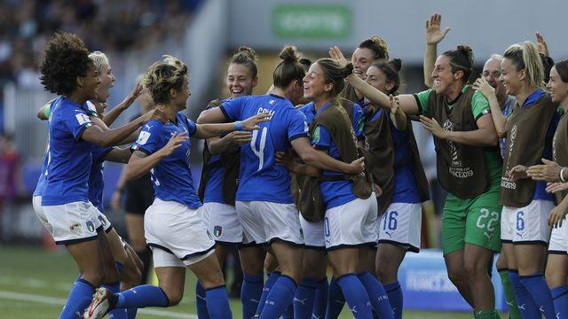 La joie des Italiennes après le deuxième but signé Aurora Galli. [Claude Paris - Keystone]