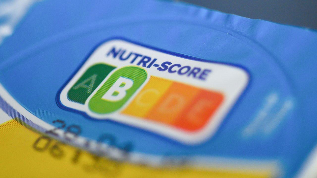 Le système volontaire d'étiquetage nutritionnel, du nom de Nutri-Score, est apposé sur la face avant des emballages: il permet de classifier les aliments et boissons selon leur profil nutritionnel grâce à des couleurs allant du vert foncé (lettre A) au rouge (lettre E). [Christophe Gateau - Keystone/dpa]