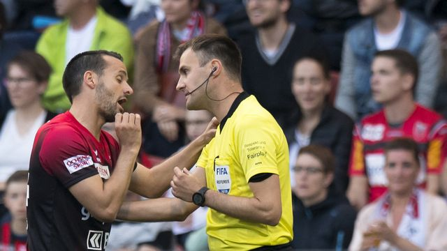 Raphaël Nuzzolo avait été expulsé par l'arbitre Stephan Klossner. [Laurent Gilliéron - Keystone]