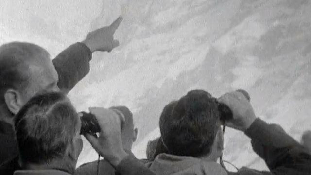 Touristes observant l'Eiger en 1961. [RTS]
