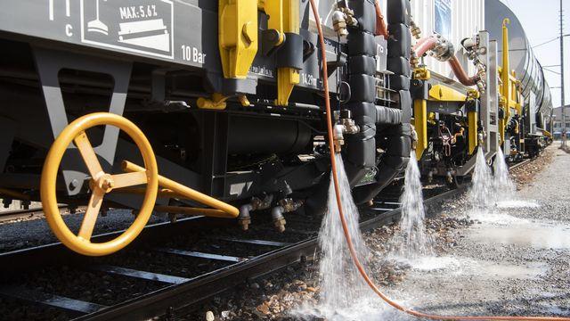 Pour se passer de glyphosate, les CFF ont fait développer un train de projection d'eau chaude pour un coût d'environ un million de francs. [Ennio Leanza - Keystone]