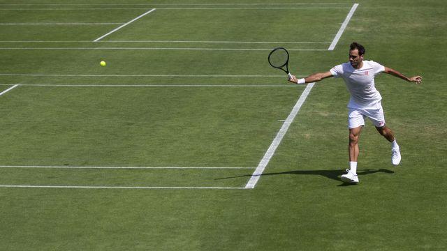 Roger Federer se prépare sur la gazon londonien avant le début des joutes à Wimbledon. [Peter Klaunzer - KEYSTONE]