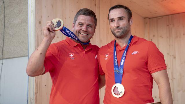 """Beat Hefti et Alex Baumann ont reçu leur médaille d'or """"à la maison"""". [Urs Flueeler - Keystone]"""
