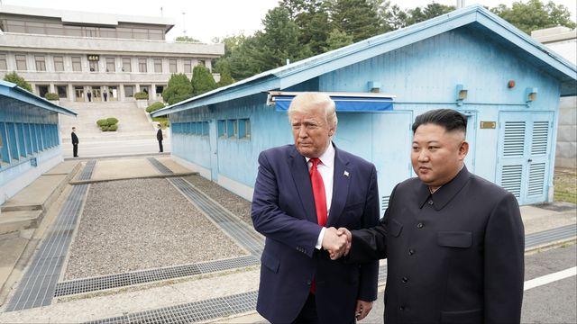 Donald Trump et Kim Jong Un se sont serré la main sur la frontière, en zone démilitarisée. [Kevin Lamarque - Reuters]