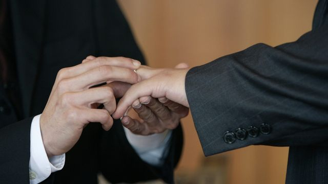 Le 1er juillet 2003 les couples homosexuels peuvent se dire oui devant le maire à Zurich. [Martial Trezzini - Keystone]