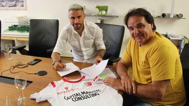 Behrami appose sa firme sur le contrat en présence de Constantin (source: Twitter). [vosinfos]