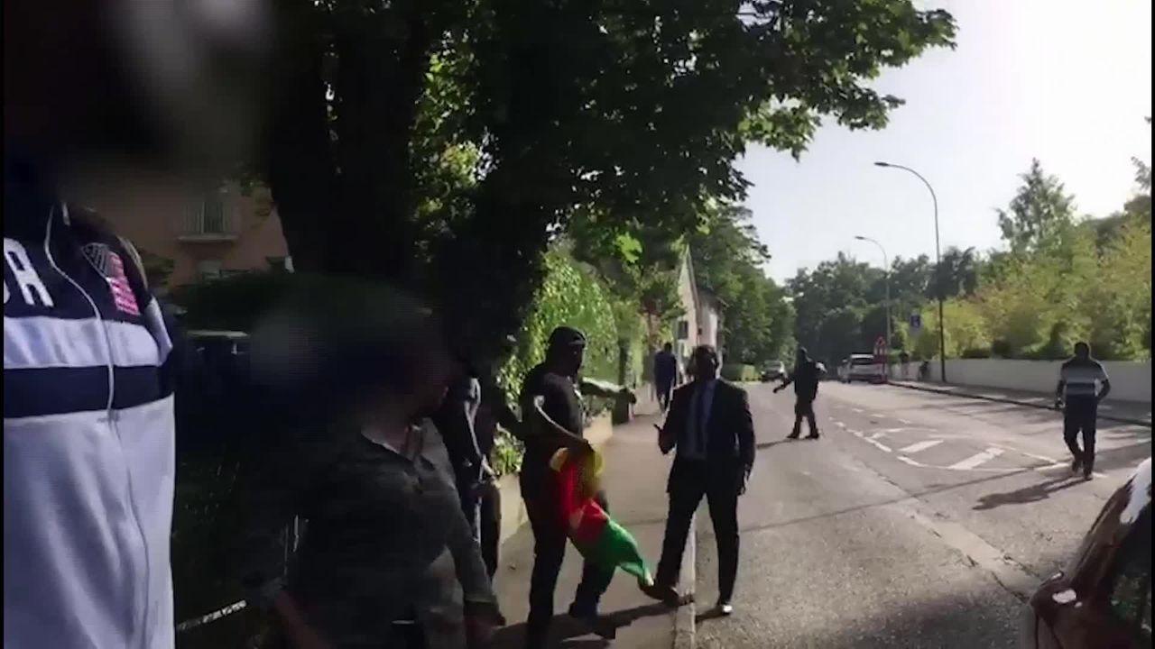 Un journaliste de la RTS avait été molesté à Genève par le service d'ordre du président camerounais Paul Biya le 27 juin dernier. [RTS]