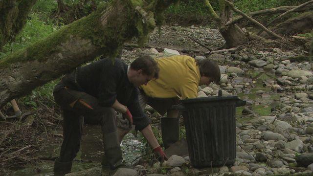 Ramasser des déchets pendant ses vacances [RTS]