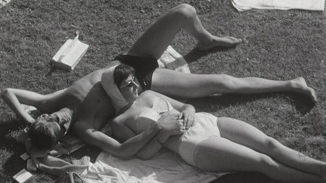 Baigneurs à la piscine de Bellerive en 1959. [RTS]