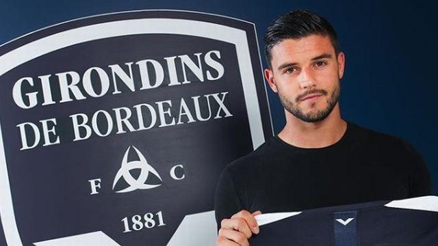 Loris Benito pose avec le maillot de Bordeaux. [Compte Instagram officiel des Girondins de Bordeaux - RTS]