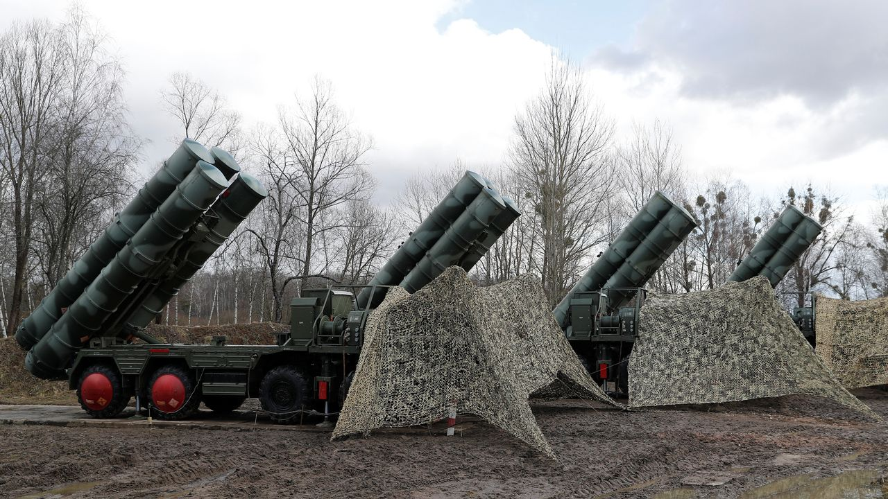 Une batterie de missiles sol-air S-400 déployée près de Kaliningrad en Russie. [Vitaly Nevar - Reuters]