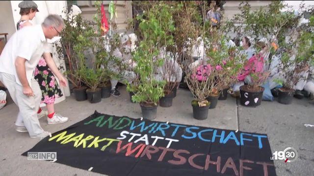 Les sièges d'UBS et Credit Suisse bloqués par des manifestants pour dénoncer les actions nuisibles des banques face au climat. [RTS]