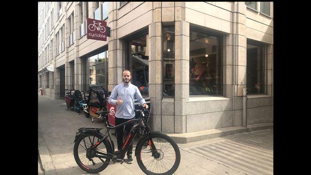 """Romain Marandet, patron des boutiques Cyclable à Lausanne et Genève, derrière un """"speedbike"""". [Jérôme Zimmermann - RTS]"""