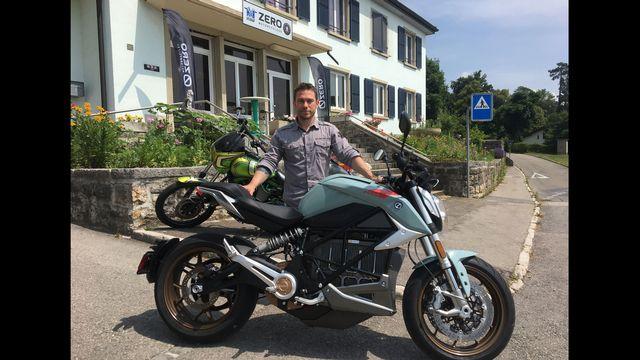 Ludovic Rumo, patron du garage M&R Speedshop à Fontainemelon (NE), avec la moto électrique essayée par notre journaliste. [Jérôme Zimmermann - RTS]