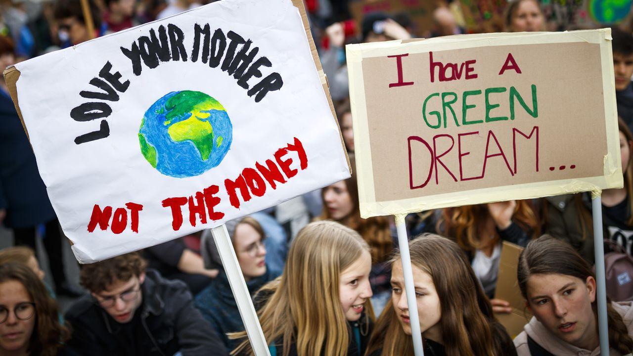 Des manifestants et manifestantes lors de la marche pour le climat du 6 avril 2019 à Lausanne. [Valentin Flauraud - Keystone]