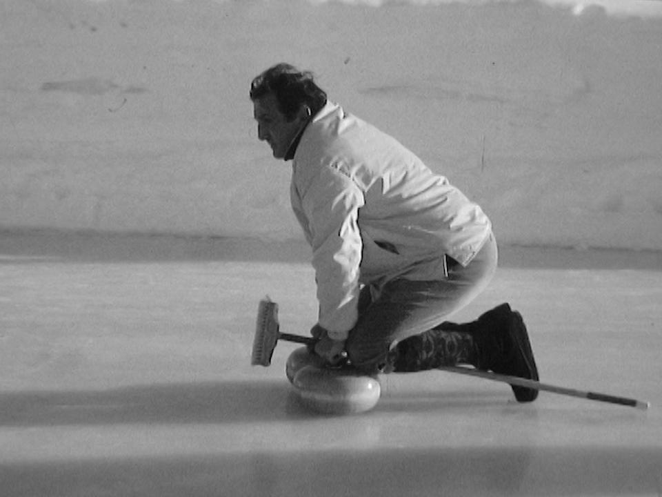Lino Ventura jouant au curling à Crans-Montana en 1968. [RTS]
