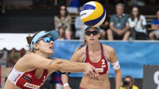 Nina Betschart et Tanja Hueberli s'inclinent 2 sets à 0 face aux Américaines. [Peter Schneider - Keystone]